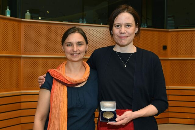 Die Unfairtobacco-Gründerinnen Sonja von Eichborn und Laura Graen mit der Medaille für den World No Tobacco Day Award 2017
